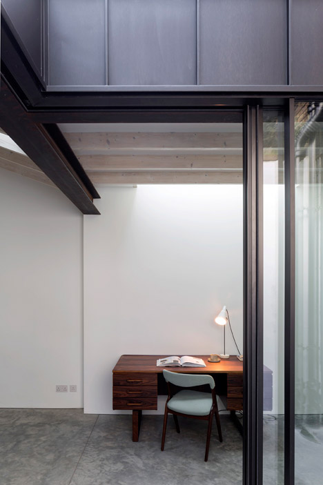 Fitzrovia-House-by-West-Architecture_dezeen_468_3